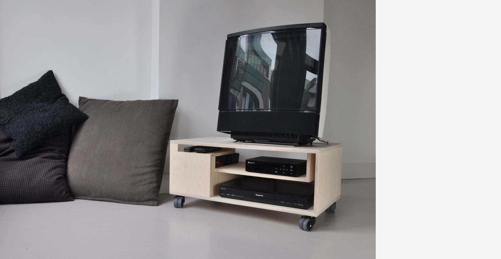 thomas durner works klein tv meubel met perspectief. Black Bedroom Furniture Sets. Home Design Ideas